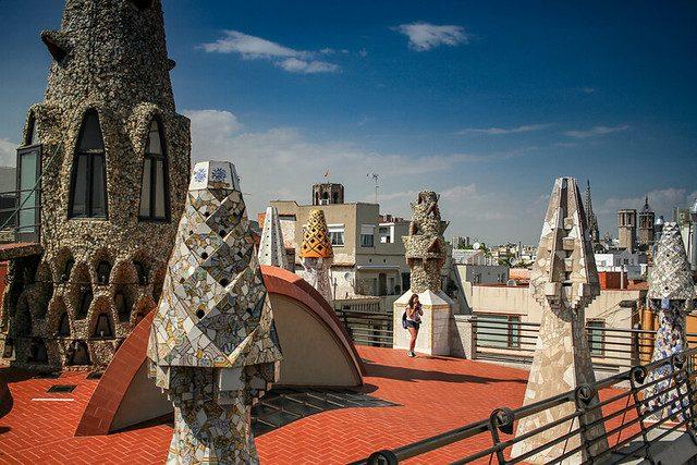 die bunten Schornsteine auf dem Gaudi Palast