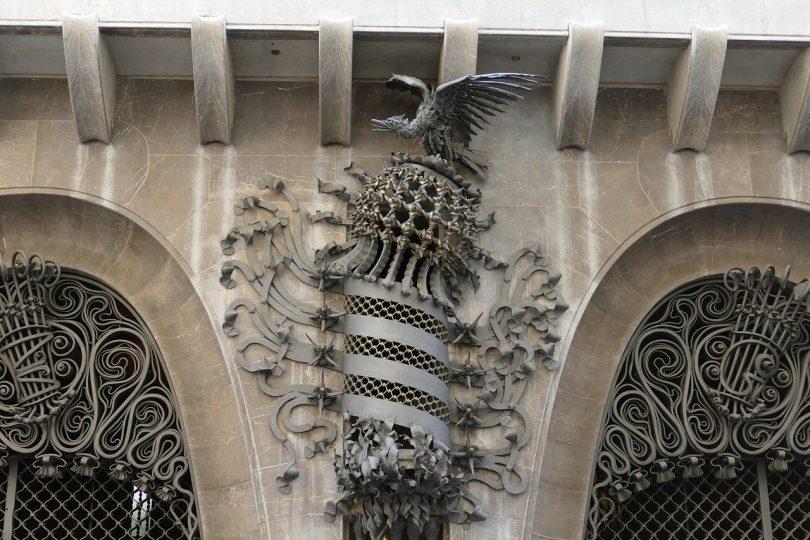 Detail aus Metall an der wand der Güell Palastes