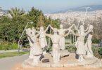 statue namens monument a la sardana, Frauen und Männer die einen Kreis bilden und sich an den Händen halten und tanzen