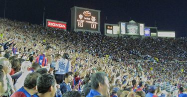 die Zuschauertribühne des Fussballstadions in Barcelona gefüllt mit Fans in blau-roten Tricos