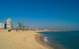 Strand der Barceloneta mit einigen Hochhäusern im Hintergrund