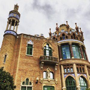 Seitenansicht des Gebäudes, links ein hoher schmaler Aussichtsturm in der Mitte ein kleiner Balkon und rechts eine vergoldete Kuppel