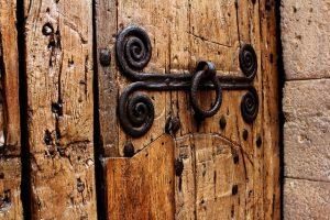 Teil der hölzernen Eingangstür des Klosters mit einer metallischen Verzierung