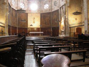 Kapelle des Klosters mit Holzbänken und einem sehr schlichtem Altar