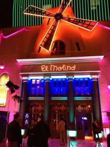 Haupteingang des Kabarett El Molino mit Neonleuchten und einer kleiner Windmühle