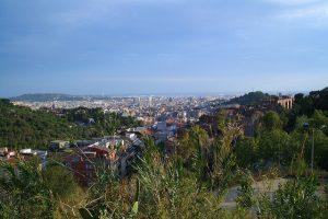 Aussicht vom höchsten Punkt des Parks auf Wohnsiedlungen und weiter hinten Barcelona und das Meer