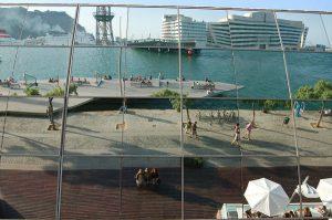 der Steg zum maremagnum mit dem Hafengebäude im Hintergrund