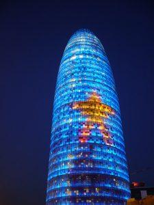 Der Agbar Turm blau beleuchtet mit einem gelben Stern in der Mitte