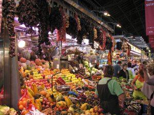 Ein mit Obst und Gemüse überfüllter Verkaufsstand in dem Markt Boqueria