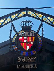 Wappenzeichen des San Josep la Boqueria Marktes in metal und buntem glas geschmiedet