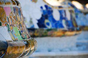 Nahaufnahme der bunten Mosaiksteine mit denen der Park verziert ist