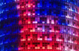 Nahaufnahme des beleuchteten Agbar Turms in dunkelblau, rot und lila