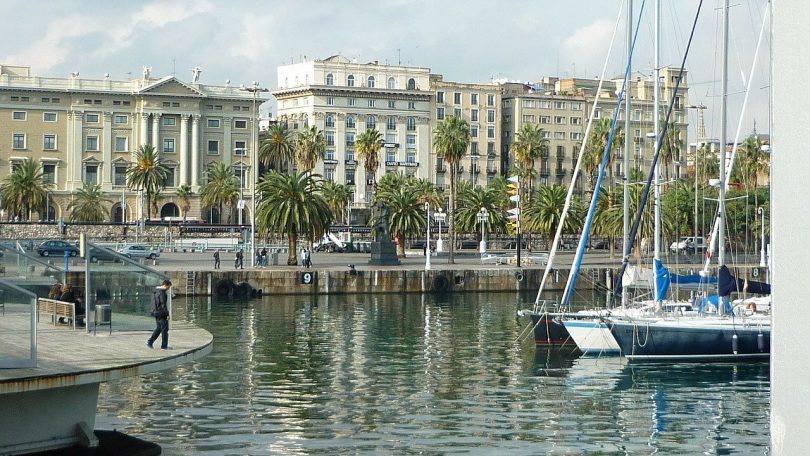 hacen Barcelonas mit der propende und den Gebäuden der Stadt im Hintergrund