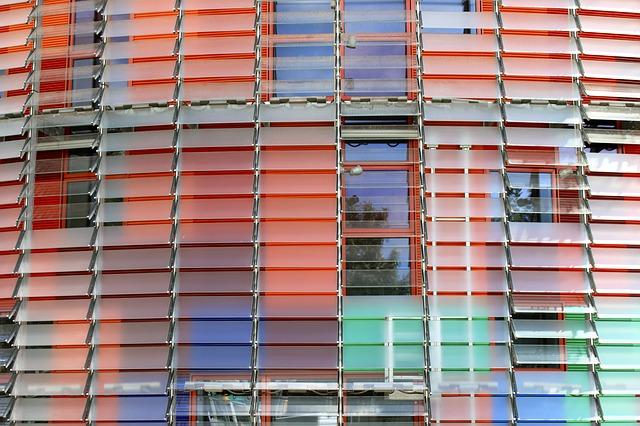 Nahaufnahme des Ausenstrucktur des Agbar Turms in rot, blau und hellgrün
