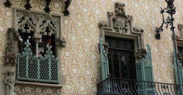 die Fasa eines Gebäudes in Gracia das voller Ornamente und kunstvollen Details ist