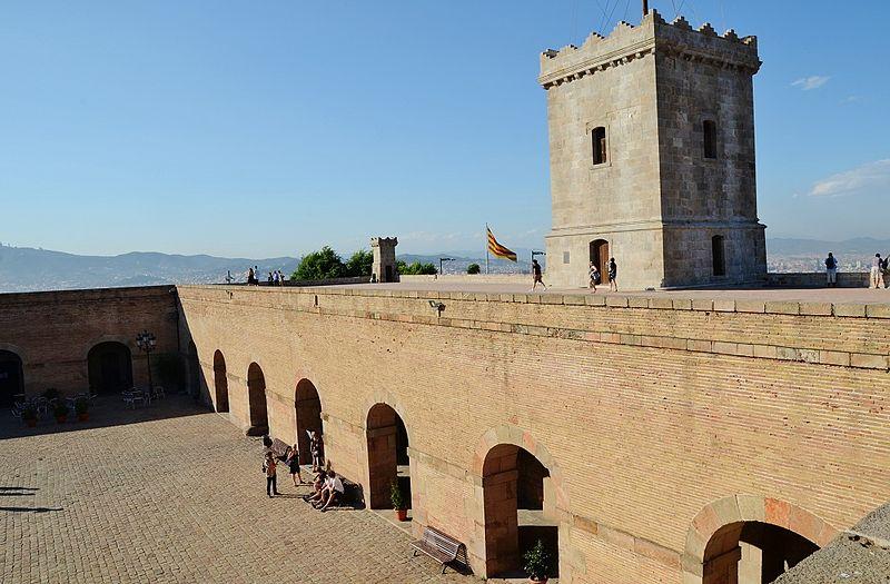 die Aussenmauer und ein Turm der Festung
