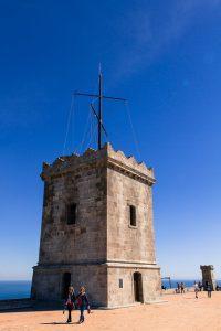 Der Wachturm von Montjuïc unter strahlend blauem Himmel