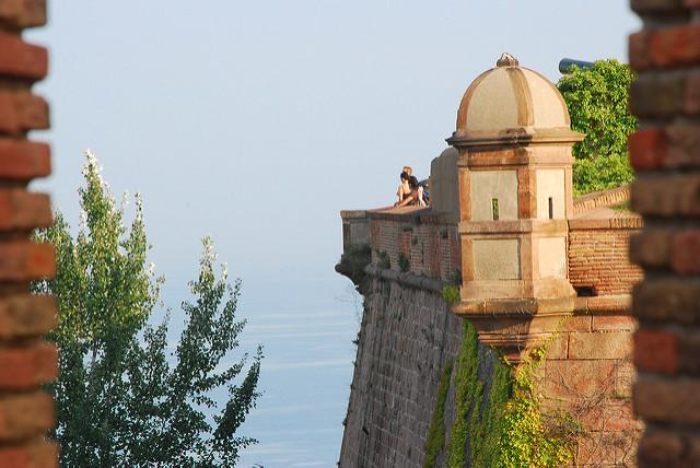 Teil der Festung mit kleinem Eckturm und dem Meer im Hintergrund