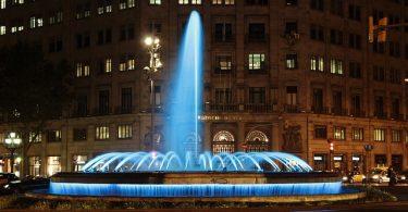 Der Springbrunnen der Allee mit blau beleuchtetem Wasser
