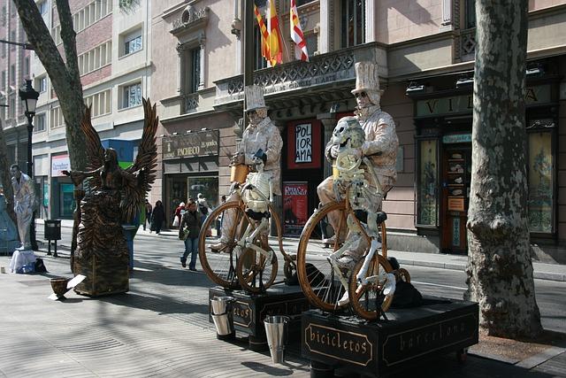 Straße Barcelonas mit verschieden verkleideten Schaustellern
