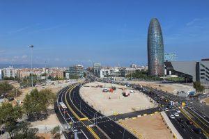 Luftaufnahme von der Straßenführung des Viertels 22@ und dem Agbar Turm