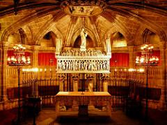Mit Kerzen erleuchteter Altar im Inneren der Kathedrale