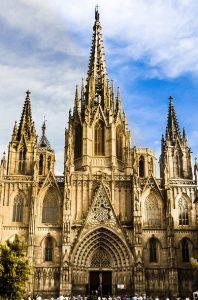 Foto von der Santa Eulalia's Kathedrale, zu sehen ist der Haupteingang und drei Türme