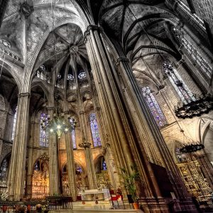 Seitenaufnahme des Altars der Santa Eulalia Kirche