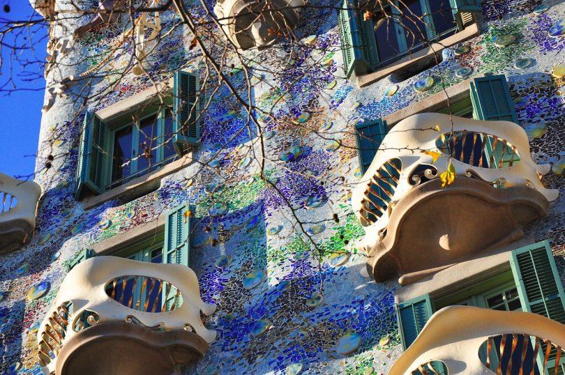 die Frontseite des Casa Batllo mit den Maskenbalkonen und lila und grünen Farben an der Fasada
