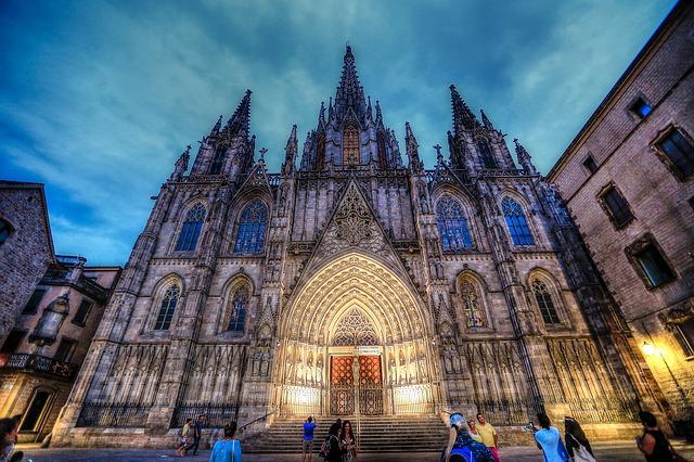 Frontaufnahme der Kathedrale bei Dämmerung
