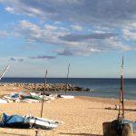 Menschenleerer Strand mit Fischerbooten