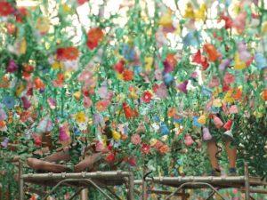 gebastelte Blumen die von der Decke eines Restaurants hängen