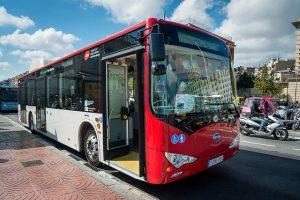 Roter Linienbus mit offener Tür an einer Haltestelle