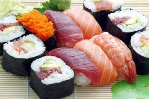 verschiedenen Maxis und Sashimi auf einer Bambusmatte