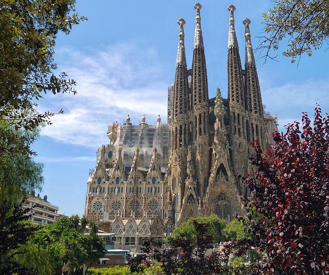 das Gebäude der Sagrada Familia unter blauem Himmel