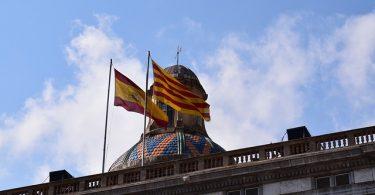 die spanische und die katalanische Fahne auf dem Dach eines Rathauses