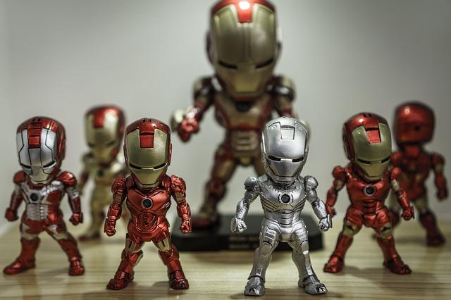 mehrere figuren des Ironman in rot-gold, silber und rot-silber