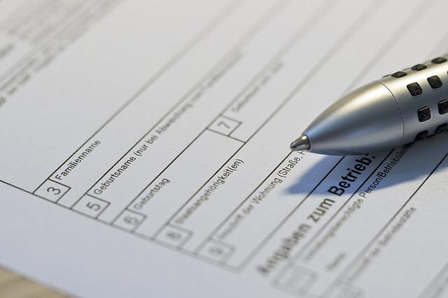 ein auszufüllendes Formular mit einem grauen Kugelschreiber darauf
