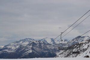 Teil des Skilifts über den verschneiten Bergen