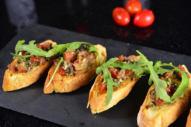 Schifferplatte mit vier Tapas Frau: Baguette mit gekochtem Gemüse und frischem Rucula