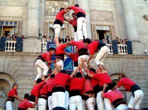ein castell einer kleinen casteller Colla in roten T-Shirts