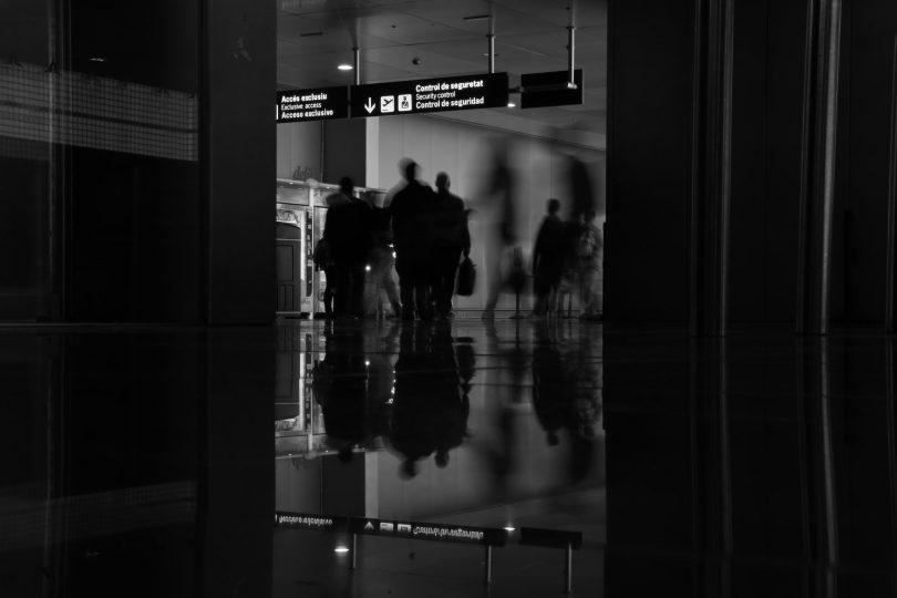 foto blanco y negro del interior del aeropuerto de Barcelona