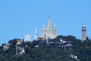 der Berg des Tibidabo, zu sehen ist die Kathedrale, der Wasserturm, das Riesenrad und vereinzelte Häuser