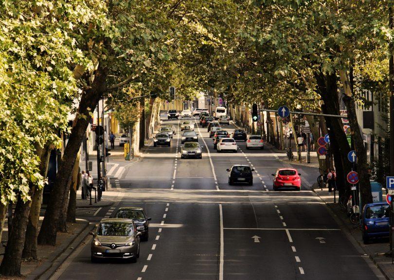 Vierspurige Allee in Barcelona mit grünen bäumen und wenig Verkehr
