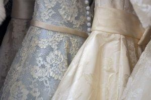 aufgehängte Hochzeitskleider in bei, hellblau mit weisser Spitze und champangerfarben