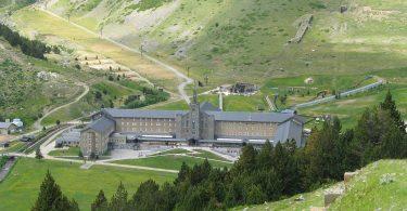 Blick auf das große Gebäude mitten im Grün des Vall de Nuria