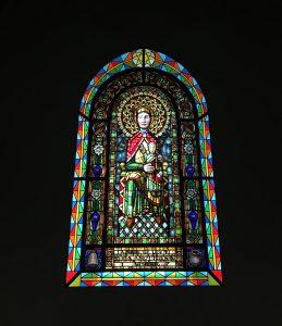 das Fenster der Kapelle in Vall de Nuria, auf bunten gläsern ist eine Frau mit einem Kleinkind in ihren armen abgebildet