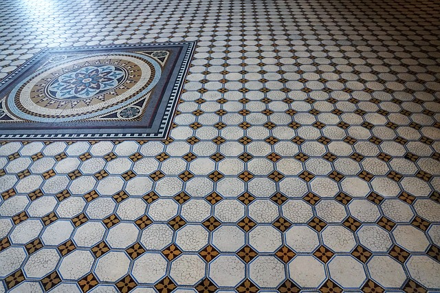 ein Mosaikboden in weiß-rot und ein Viereck mit einer Blume in der Mitte des Raums