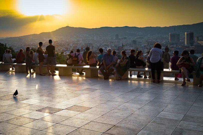 mehrere Leute die einen Sonnenuntergang von einem Aussichtspunkt in Barcelona sehen