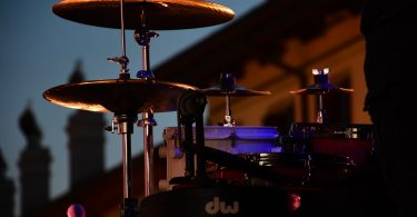 ein Schlagzeug das vor einem Haus steht bei Dämmerung